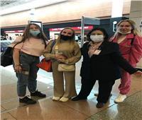 مطار القاهرة يستقبل السائحين بالورود و الهدايا فى يوم السياحة العالمي .