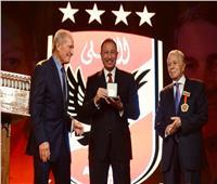 حسن مصطفى يهدي الخطيب شهادة تقدير وميدالية وعلم الاتحاد الدولي لكرة اليد